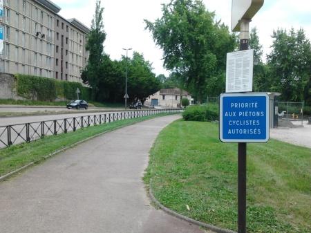 Panneau signalant la possibilité pour les cyclistes d'emprunter certains itinéraires